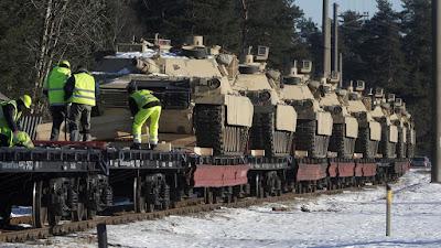Varios tanques estadounidenses M1 Abrams llegan al municipio de Garkalne, en el norte de Letonia, 8 de febrero de 2017.