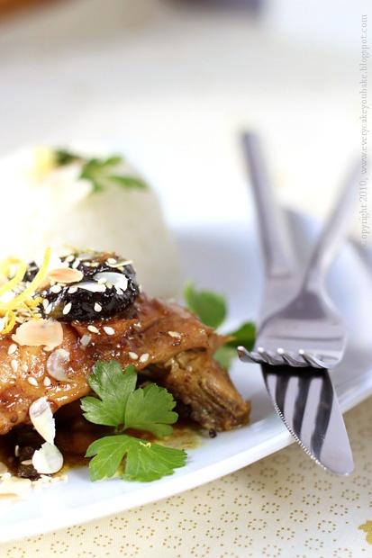 korzenny kurczak z suszonymi śliwkami i miodem