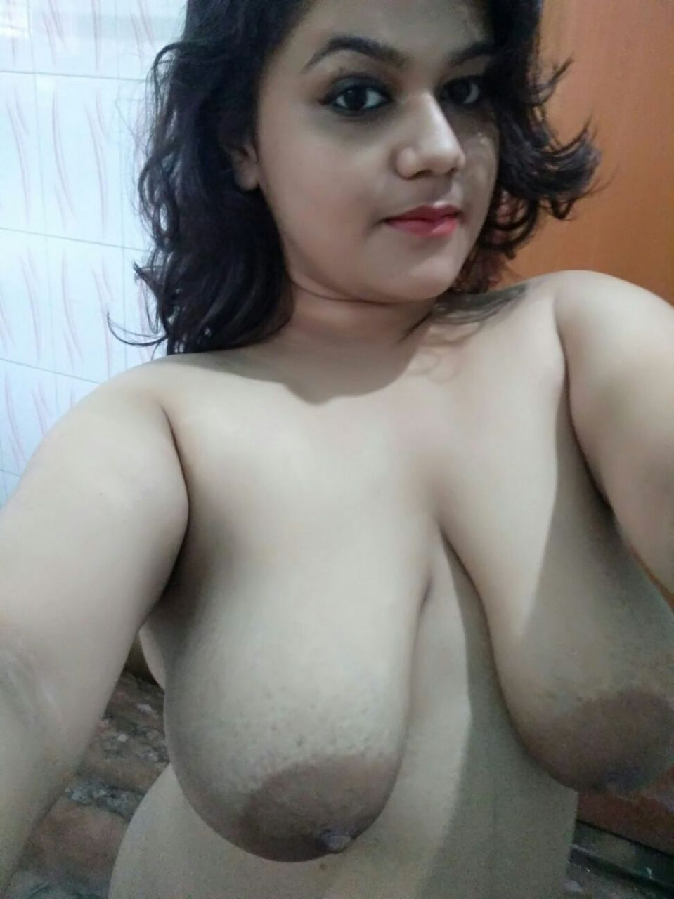 Bangladeshi dhaka banani rebeka shows big boobs on selfie