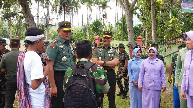 Panglima TNI dan KASAD Kunjungi Kompi B Yonif 113/JS Yang Terkena Dampak Gempa