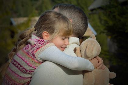 12 Waktu yang Tepat Memeluk Anak dan Manfaatnya
