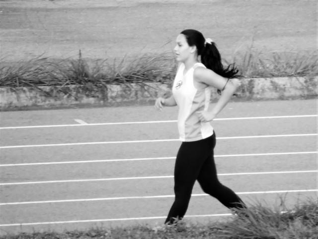 chica trotando haciendo deporte corriendo caminando salud belleza mujer