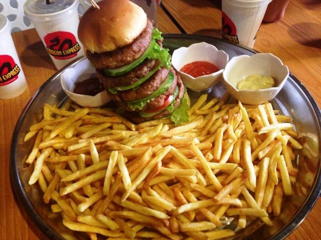 Dino Steak & Pasta: Sajian Burger Raksasa, Berani Coba?