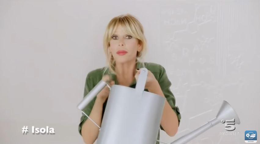 Alessia Marcuzzi spot Isola dei famosi con modellino di isola e innaffiatoio