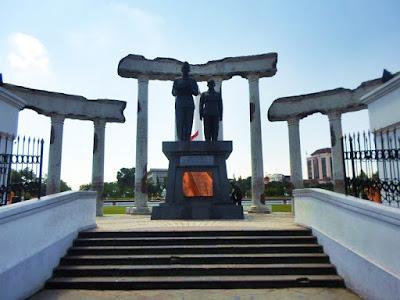 reruntuhan patung proklamasi tugu pahlawan
