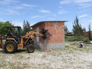 Operação conjunta derruba construções irregulares em Arraial do Cabo