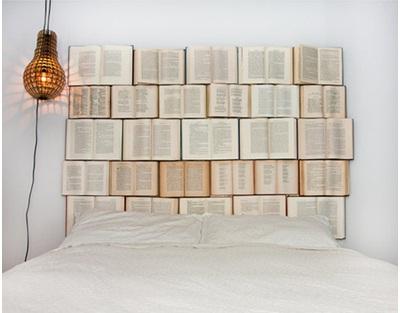 10. Headboard unik dari buku-buku bekas.
