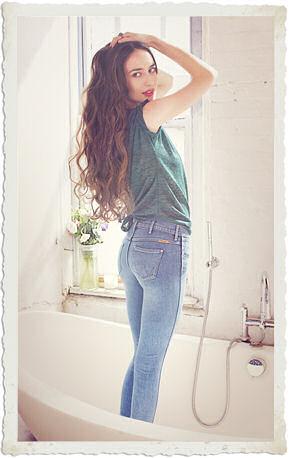 Elizabeth Jagger per Wrangler indossa i jeans cosmetici