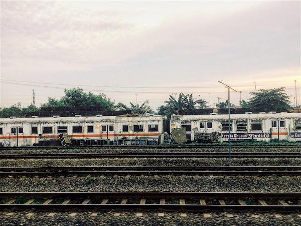 Menikmati Stasiun Purwakarta dari Balik Jendela Kereta