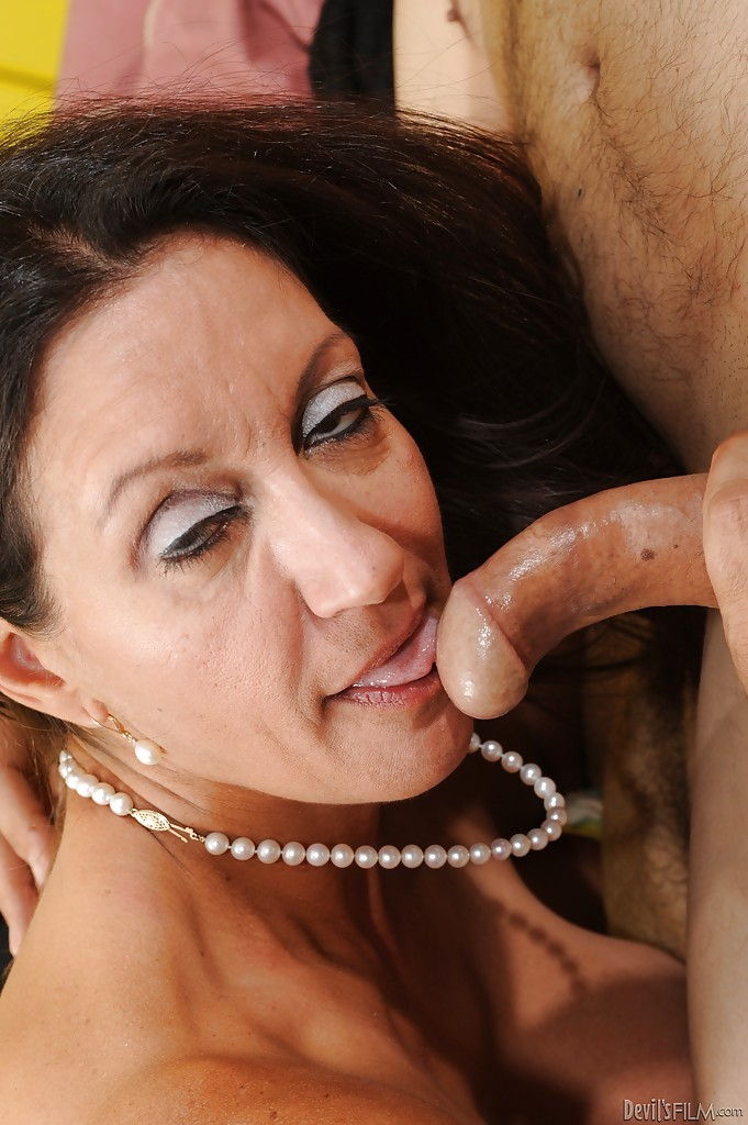 Busty mature pornstar lizzy liques shows off her lovely big - 2 6