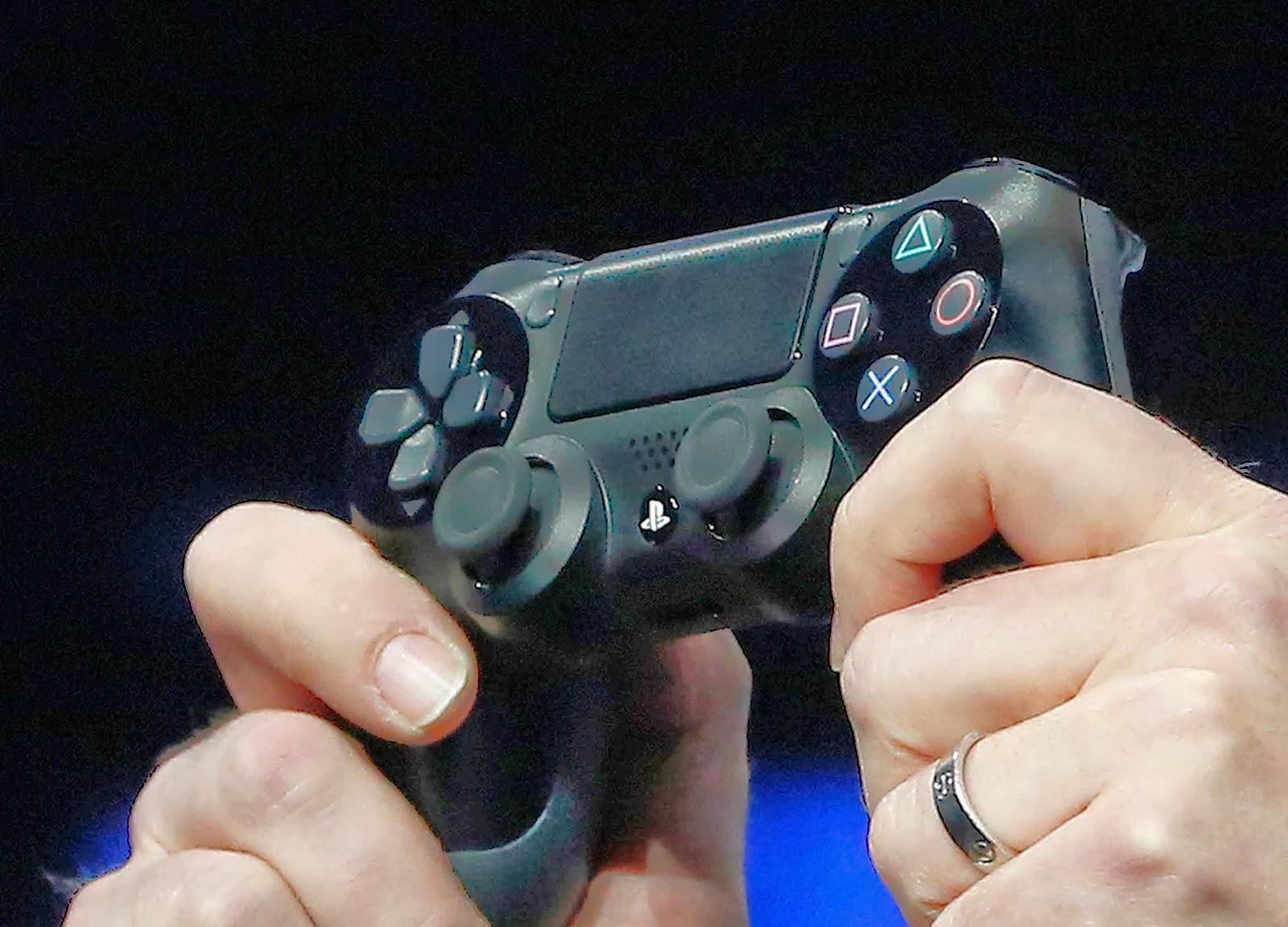 Sony Computer Entertainment (SCE) anunció hoy que su nueva consola doméstica, Playstation 4, ha superado los 6 millones de unidades vendidas menos de cuatro meses después de haber sido lanzada al mercado, lo que supera sus expectativas de éxito para el dispositivo. La compañía tokiota preveía vender unos 5 millones de unidades entre su fecha de lanzamiento, el pasado noviembre, y marzo de 2014. La cifra supera de este modo a su antecesora, la Playstation 3 (que en el mismo periodo vendió 3,55 millones de unidades) y a sus competidoras directas Xbox one, que ha comercializado en torno a 3,5