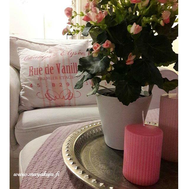 ektorp pinkki sisustus, kukka, kynttilat