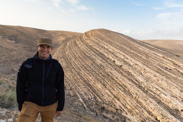 Alberto frente a las montañas cercanas al castillo de Shobak, Jordania