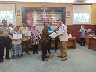 Penghargaan pemenang lomba Tempat Pemungutan Suara (TPS) Terbaik Tingkat Kecamatan