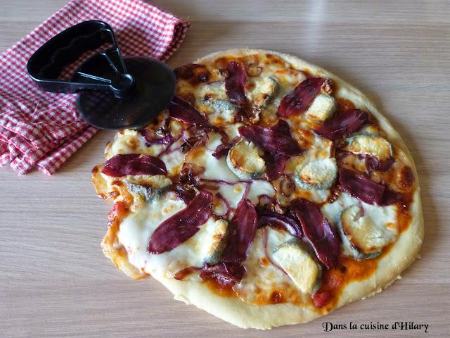 Ma pizza chic aux magrets de canard fumé, crottin de chèvre et oignon rouge