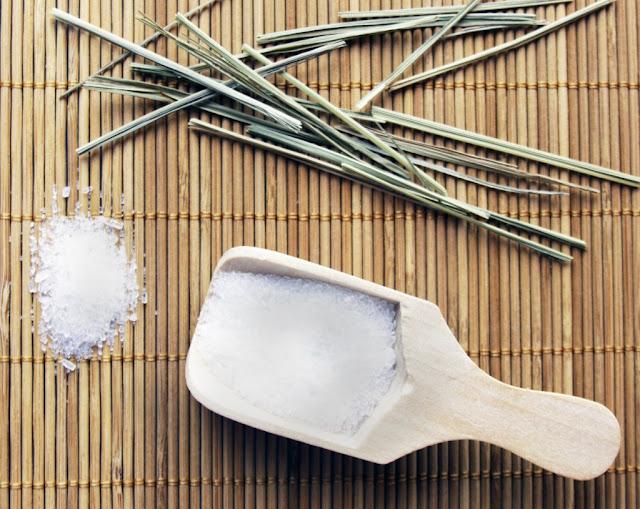 Cách làm trẻ hóa làn da bằng trà xanh và muối ngâm tắm