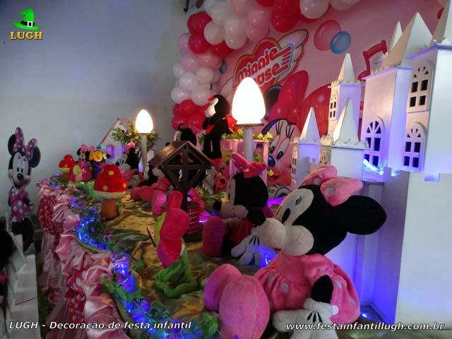 Decoração da mesa do bolo de aniversário forrada com tecido(pano) tema da Minnie Rosa - Festa infantil