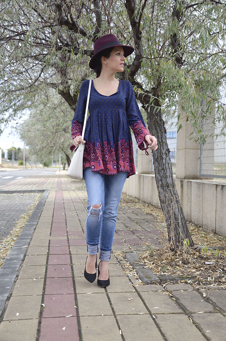 blusa-estampada-fedora-burgundy-jeans-stilettos-blogger-trends-gallery-look-outfit