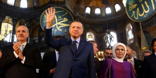 Σάλπισμα επίθεσης! Με μουσουλμανικό χαιρετισμό ο Ερντογάν στην Αγία Σοφία