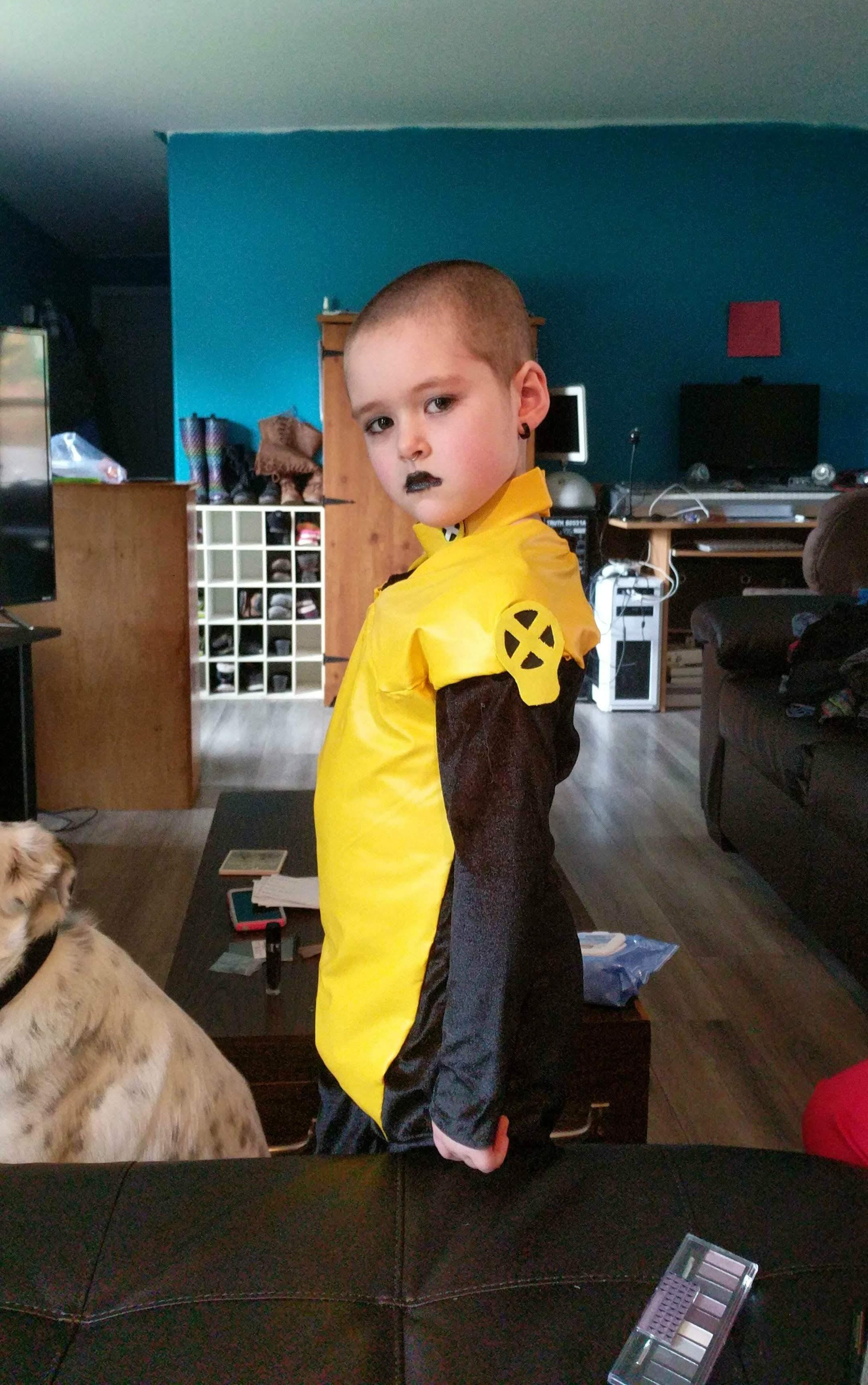 Negasonic Six-Year-Old Warhead : パパがハロウィンには、デッドプールの仮装をすると言うので、パパとお似合いになれるように、頭を丸める決意を固めた6歳のキュートなネガソニック・ティーンエイジ・ウォーヘッド ! !