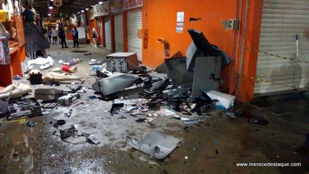 Elementos explodem caixas eletrônicos no Moda Center Santa Cruz