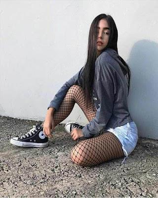 pose sentada con outfit casual juvenil con malla