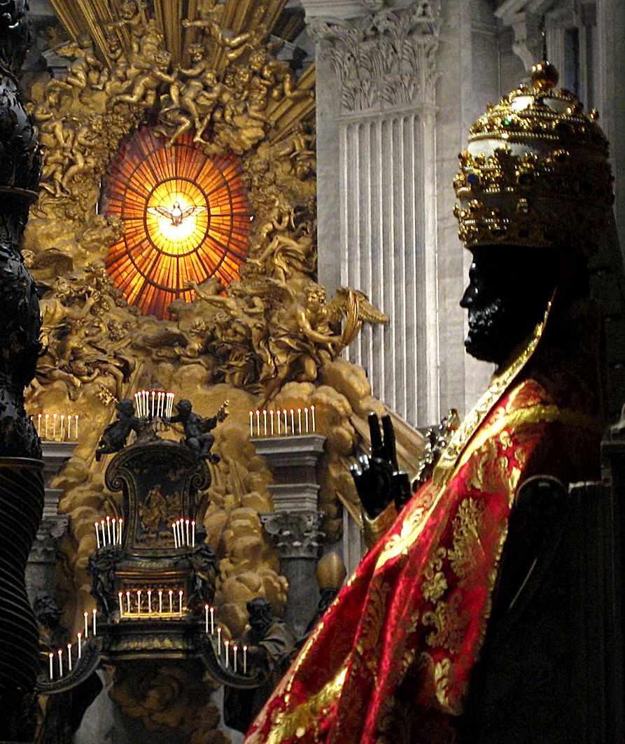 Estátua de bronze de São Pedro revestido de paramentos, na basílica vaticana. Arnolfo di Cambio, século XIII. A estátua é revestida na festa dos Santos Pedro e Paulo, dia 29 de junho, padroeiros da cidade de Roma.