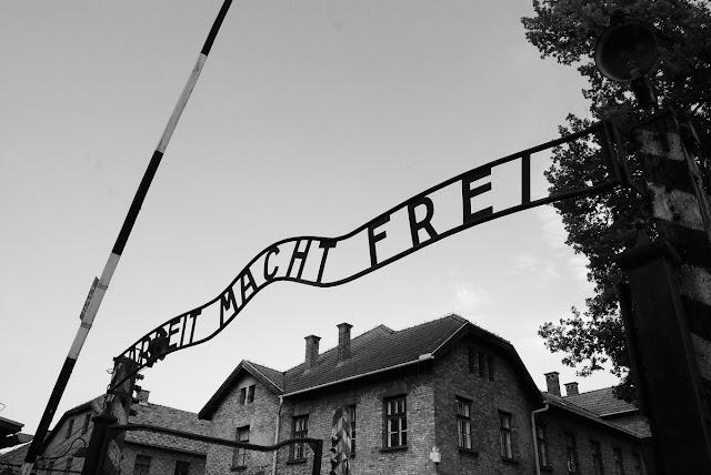 la tristement célèbre entrée d'Auschwitz I et sa devise : « le travail rend libre »…