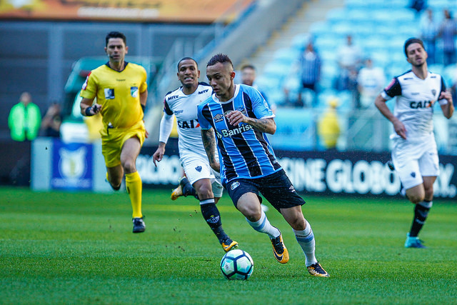 b9d11a1c13 Grêmio vence Atlético(MG) e segue na cola do líder
