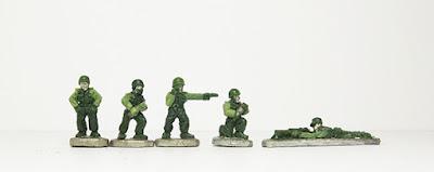 Artillery crew x 4 / Prone, firing Browning: