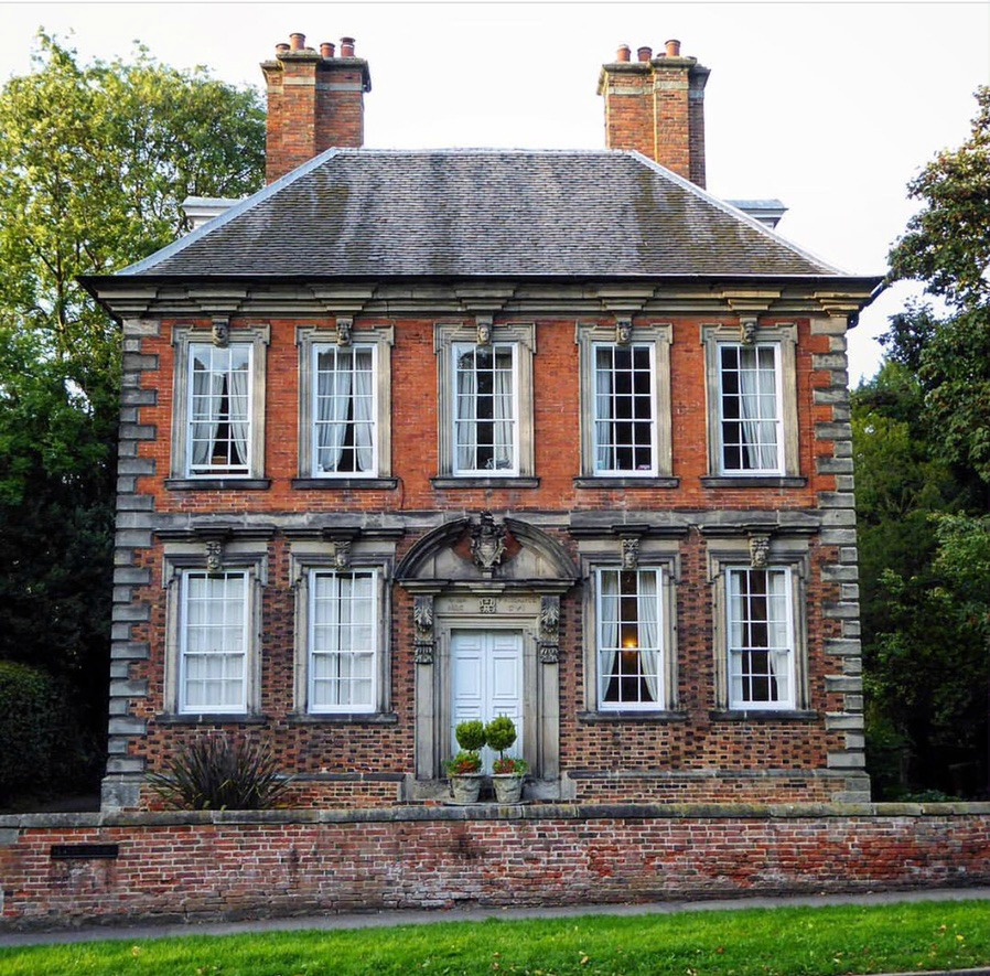Small 18thc Mansion In England Content In A Cottage