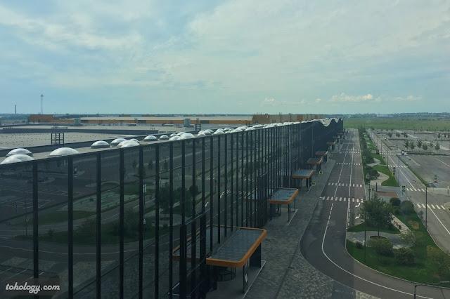 Вид из окна отеля на пассаж КВЦ «Экспофорум»