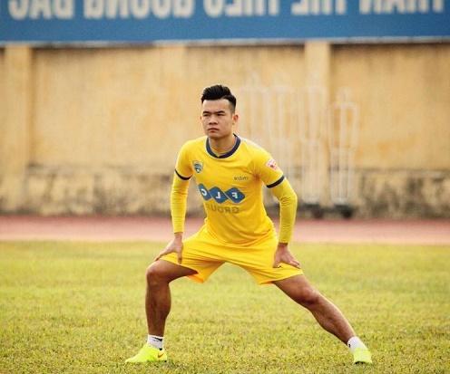 Cầu thủ Ngô Hoàng Thịnh thi đấu trong màu áo FLC Thanh Hóa