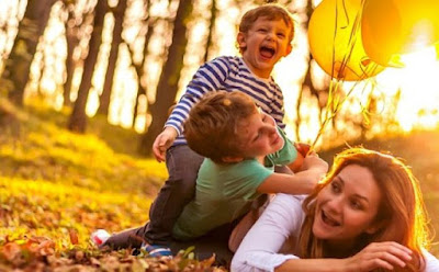 حقائق طريفة عن الأمومة لا يخبرك بها أحد ام تلعب مع اولادها اطفالها فى الحديقة الغابة woman mother play with her kids children in garden