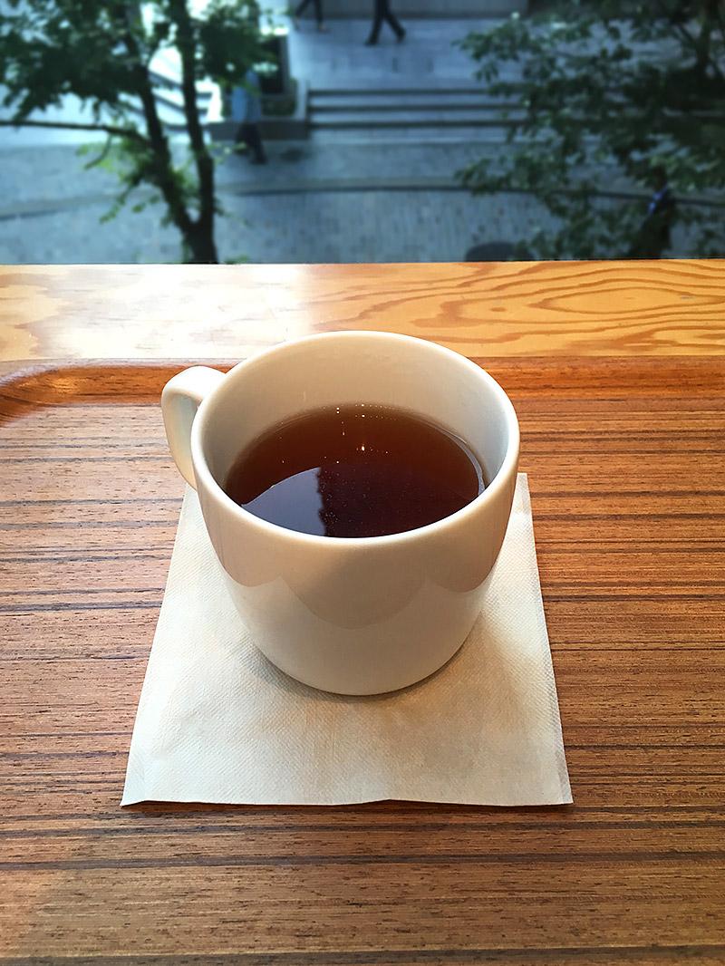 JR有楽町駅から日比谷ミッドタウン方面へ徒歩4・5分ほどにある『Café&Meal MUJI日比谷』のホット黒豆茶