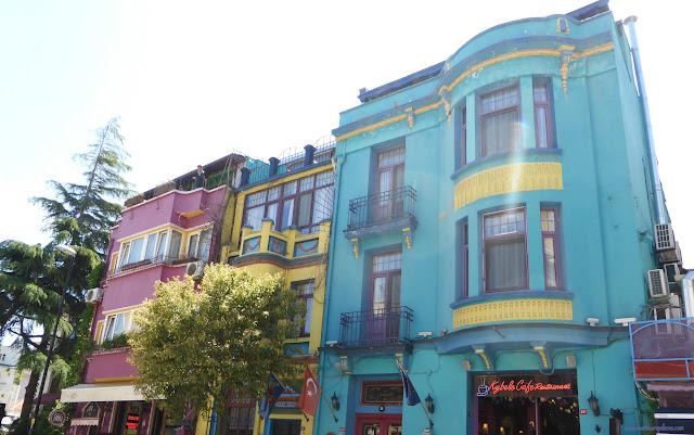 Farebné domy vo štvrti Sultanahmet, Istanbul, Turecko