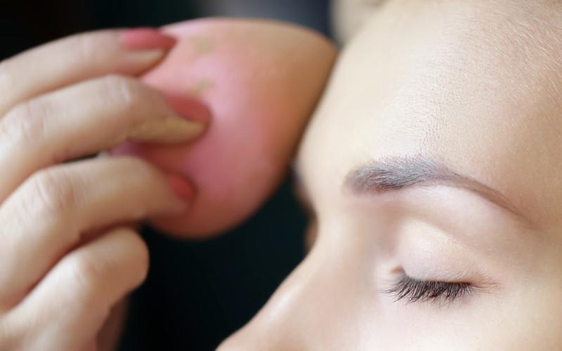Makyaj Süngerinizi Yanlış Kullandığınızın 5 İşareti