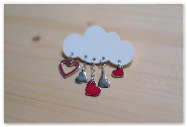 broche nuage blanc et coeurs rouges