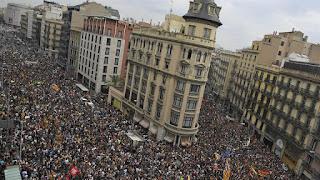 Con Barcelona como epicentro, los catalanes protestan con piquetes y acoso a la Policía, en rechazo a la represión del pasado domingo; alta adhesión al paro