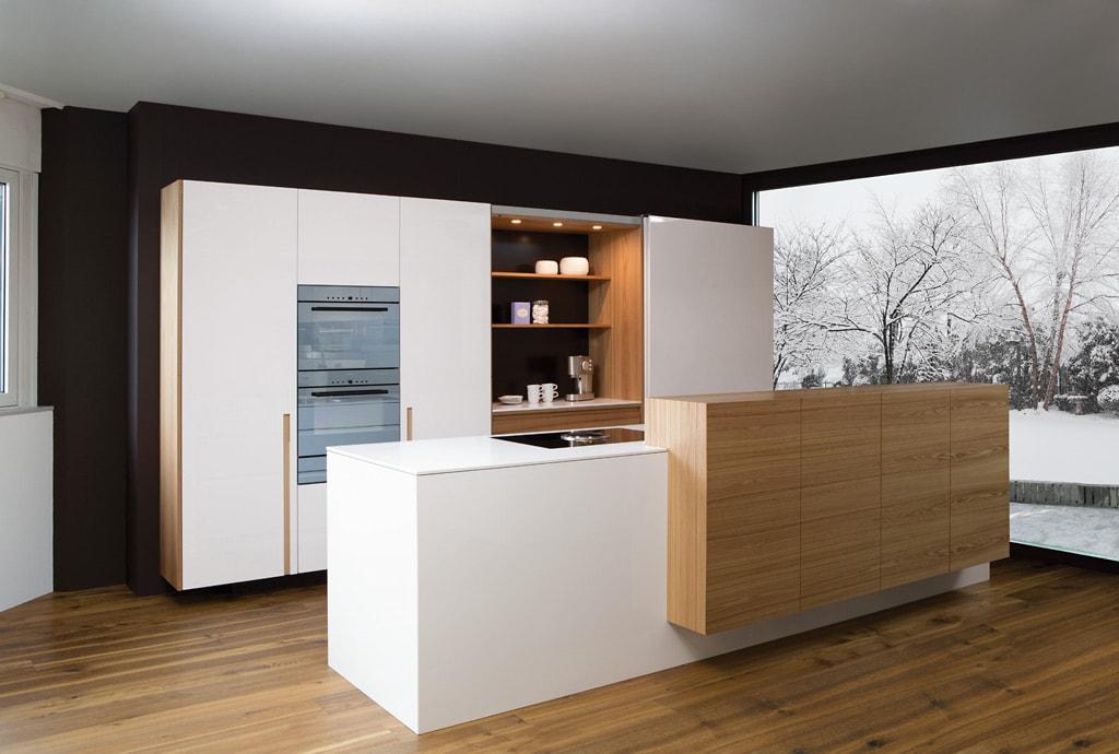 30 ideas de cocinas en blanco y madera i cocinas con for Mesas de cocina blancas y madera