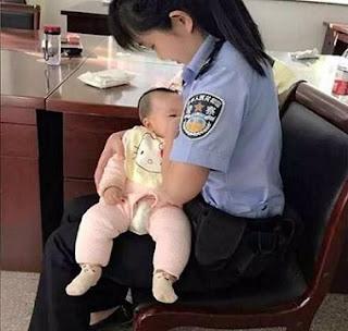 Lina Hao breastfeeding