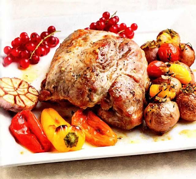 ИНГРЕДИЕНТЫ: (4-6 порций): Баклажаны - 3-4 штуки; Перец салатный - 2-3 штуки; Луковица - 2 штуки; Помидор - 4 штуки; Масло растительное - для заправки;