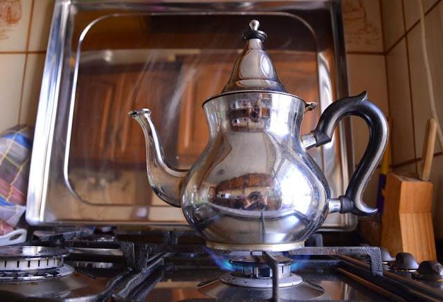 Postawić czajniczek na małym ogniu i gotować ok 2 min. Wtedy to miętai i zielona herbata puszczą esencję.