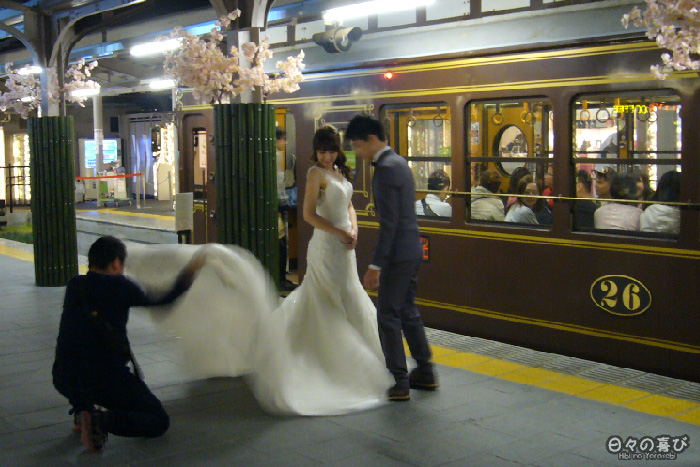 photo de mariage face au Sagano Romantic Train, arashiyama, kyoto