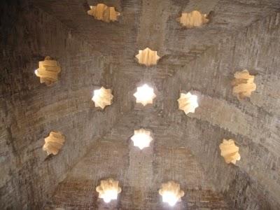 ハマムの天井に施されたイスラミックな星型の空気穴。