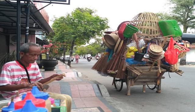 Pak Sudir, Pensiunan PNS yang masih Aktif Berjualan Keliling Kota Kebumen