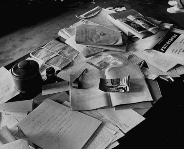 El escritorio de Albert Einstein el dia que murio, foto tomada el 18 de Abril de 1955. Fotos insólitas que se han tomado. Fotos curiosas.