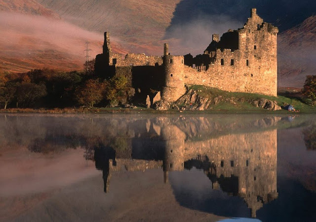 Castelo de Kilchurn numa ilha do lago Loch Awe