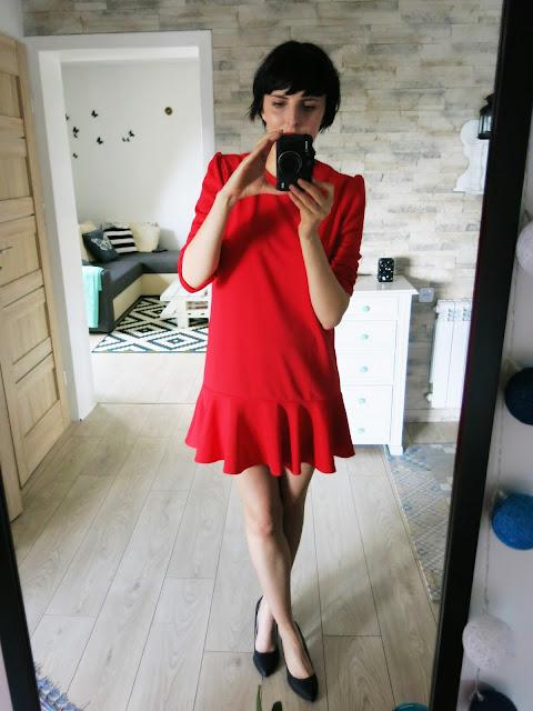 Czerwona sukienka ze sklepu SheIn.