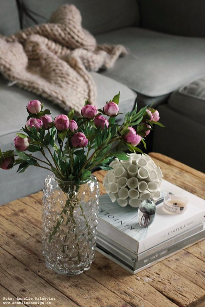 annelies design, webbutik, webbutiker, webshop, nätbutik, inredning, vas, pion, pioner, konstgjord blomma, konstgjorda, blommor, snittblomma, naturtrogna, naturtrogen, dekoration, prydnad, kuddfodral, kuddar, koordinater, vitt, grått, grå, vit, korall, manet, woodwick, petite, vardagsrum, vardagsrummet